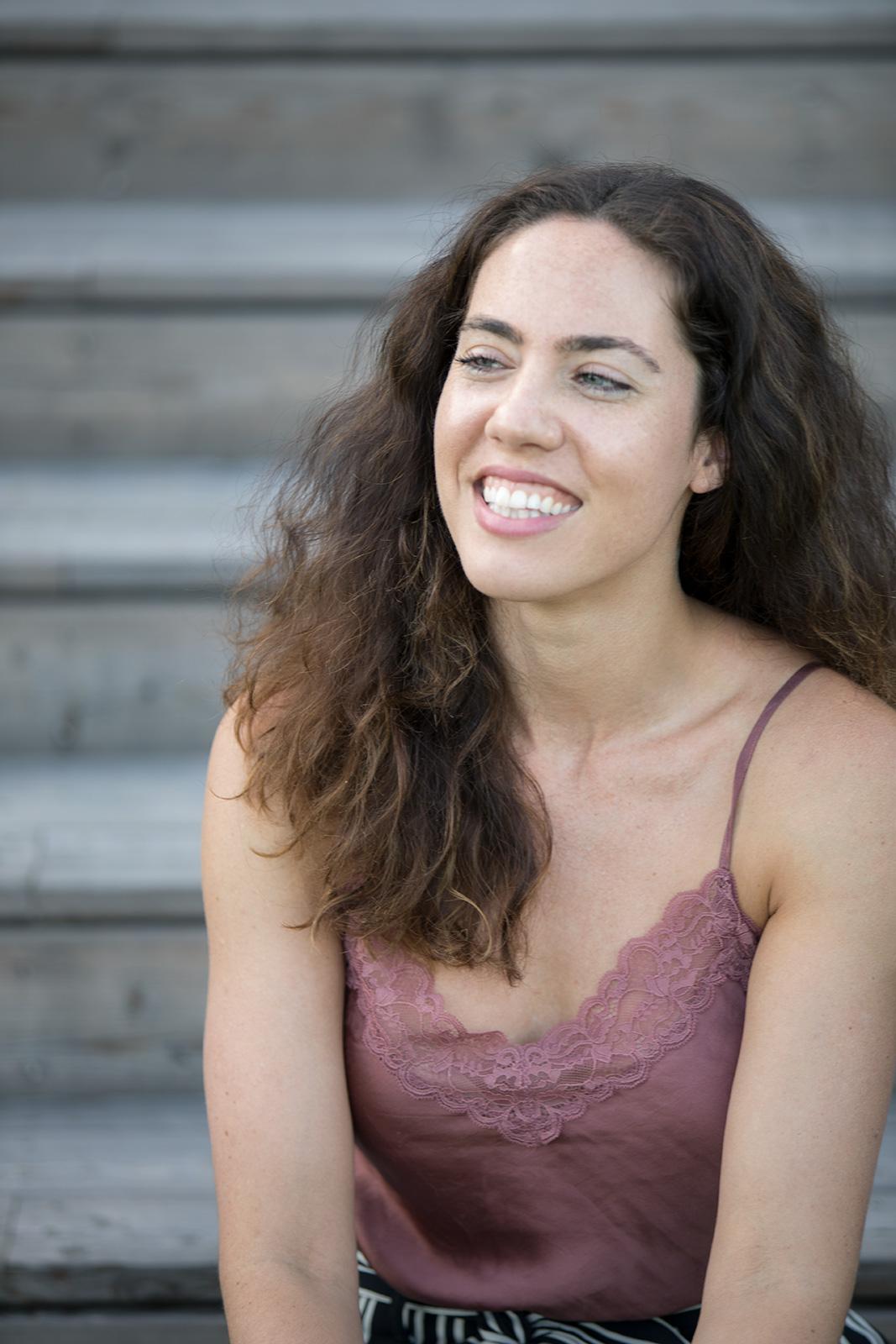 Portrait von Stefanie Diem auf Holzstufen